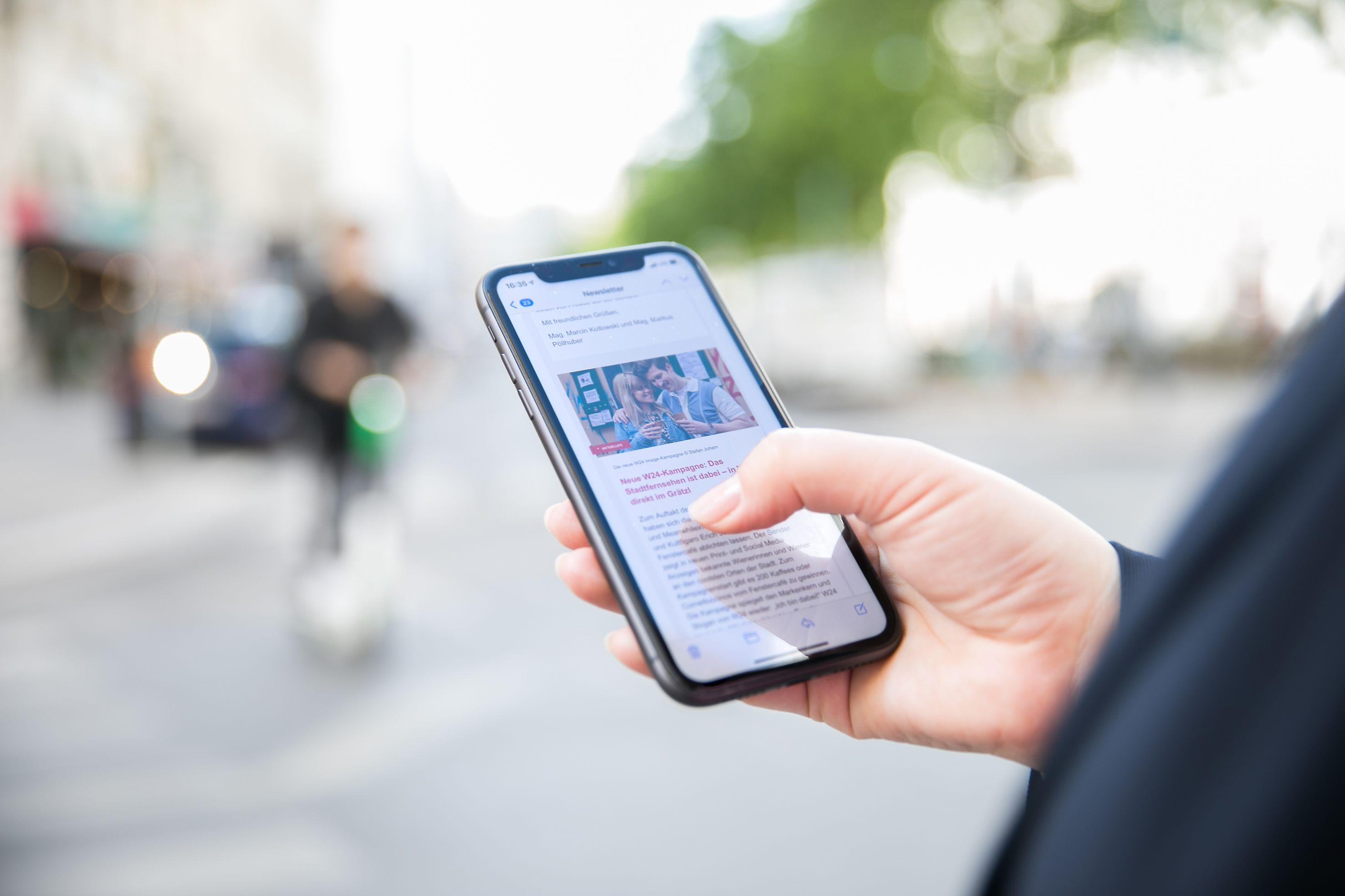 Mit Handy in der Stadt unterwegs