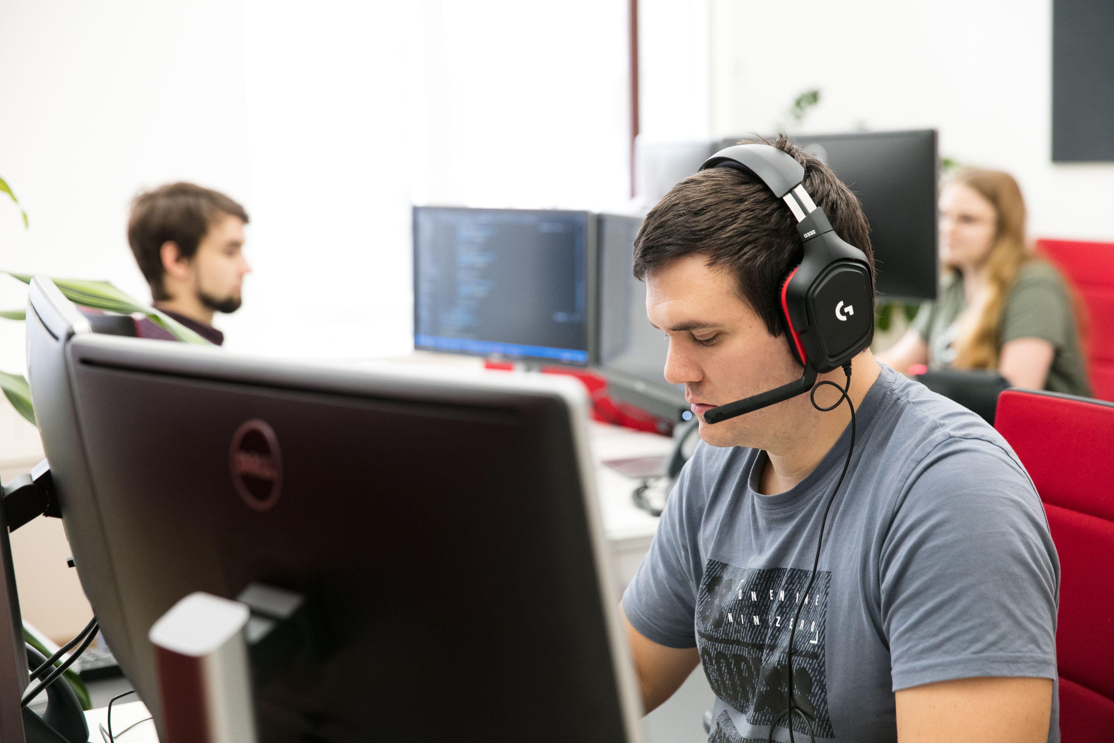 WH-Interactive Servicedesk Mitarbeiter mit Headset